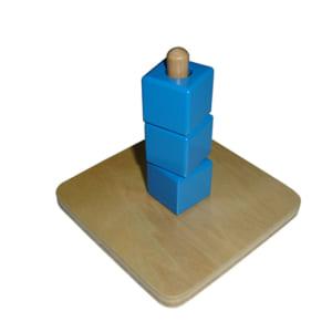 Các khối lập phương nằm trên bục thẳng đứng