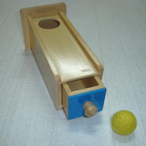 Trò chơi thả bóng vào hộp có lỗ và ngăn kéo