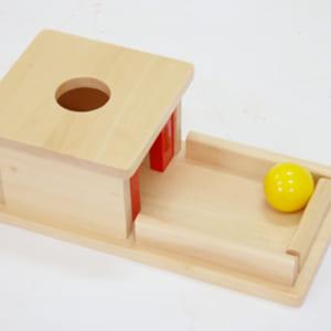 Trò chơi thả bóng vào gỗ trên khay gỗ