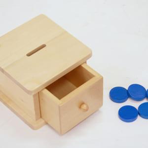 Trò chơi thả đồng tiền vào hộp có lỗ