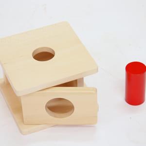 Trò chơi thả hình lăng trụ cỡ nhỏ vào hộp có lỗ