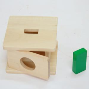 Trò chơi thả khối lăng trụ chữ nhật vào hộp có lỗ