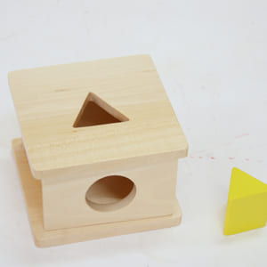 Trò chơi thả khối lăng trụ tam giác vào hộp có lỗ